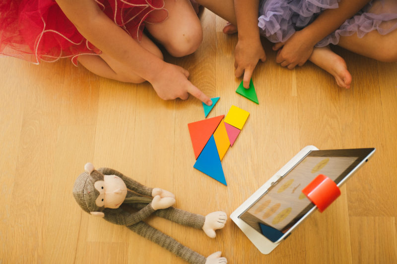 girls_playing_tangram_2